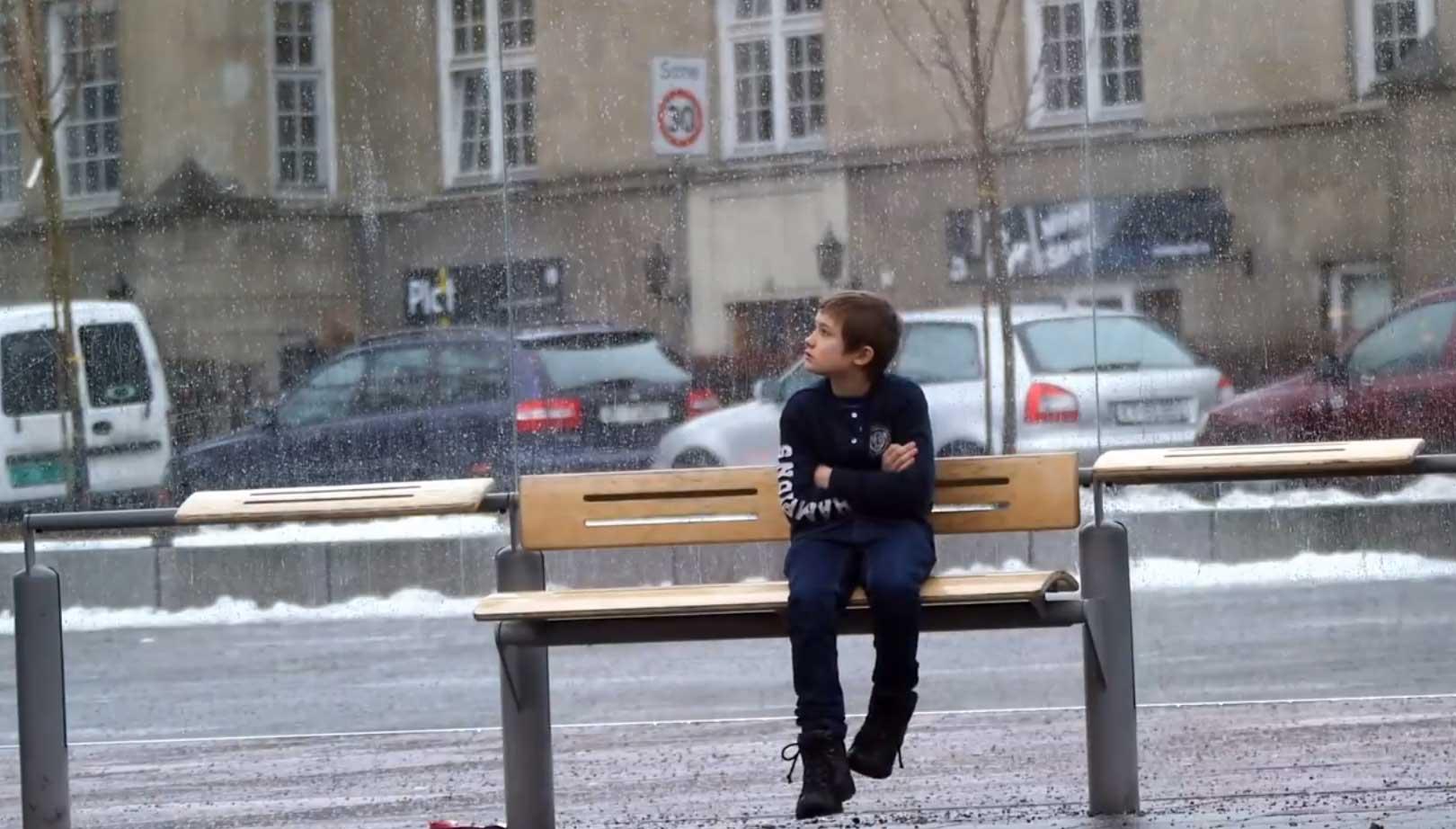 寒さに震える少年 実験映像だが超感動!