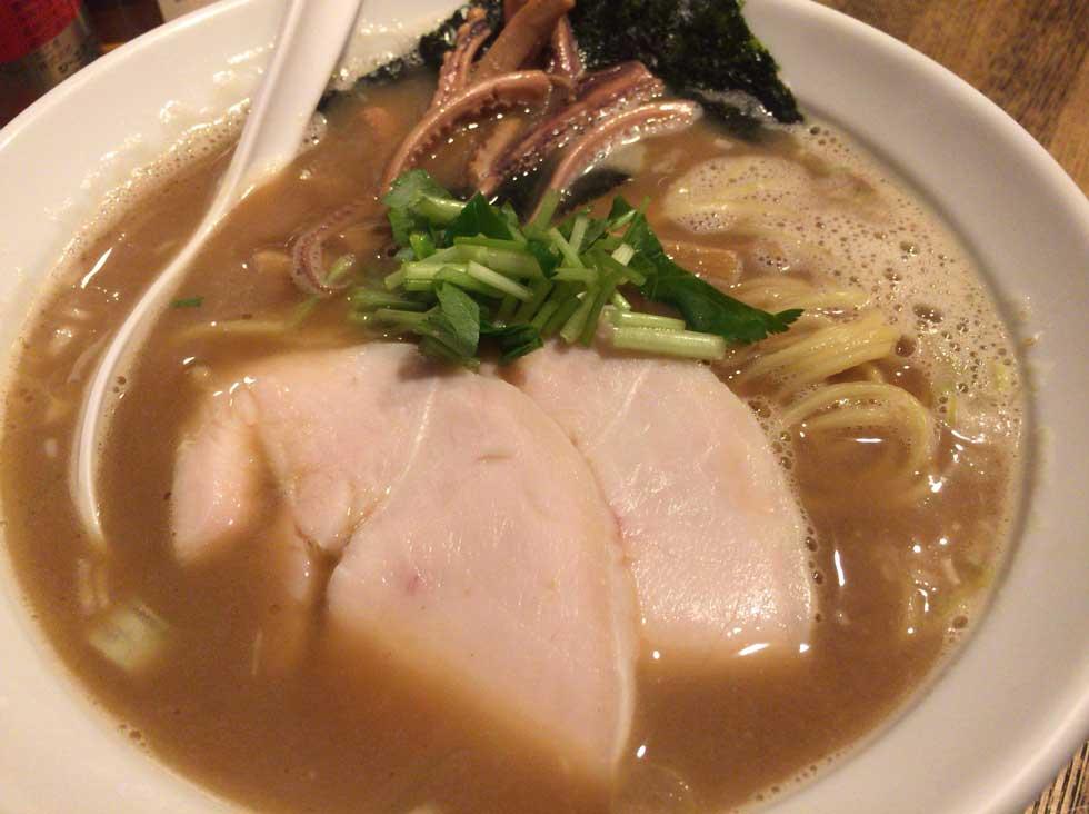 煮干しと鶏と烏賊の不思議なコラボのあっさり味 煮干し中華そば「纏(まとい)」新橋店