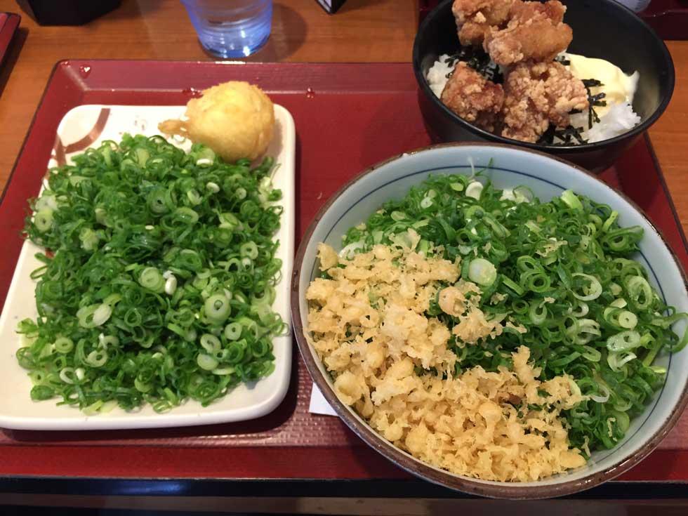 新宿でうどん いつもの定番 ネギまみれ「楽釜製麺所」